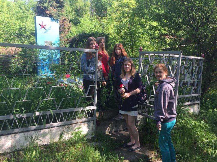 Працівники Чернігівської ТЕЦ разом із дітьми вшановують пам'ять жертв Другої світової війни.