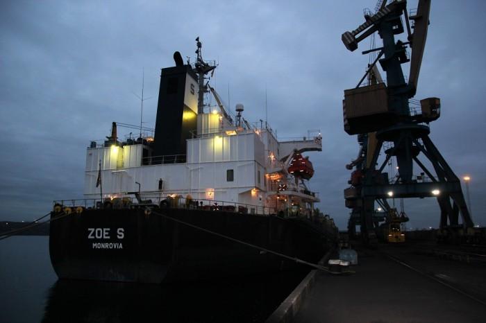 В порту Южный разгружают балкер с углем из ЮАР и ждут судно с топливом из Роттердама